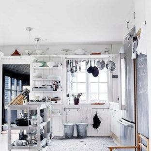 Geschlossene, Zweizeilige, Kleine Industrial Küche ohne Insel mit offenen Schränken, weißen Schränken, Edelstahl-Arbeitsplatte und Porzellan-Bodenfliesen in Odense
