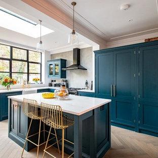Exempel på ett klassiskt vit vitt l-kök, med en rustik diskho, skåp i shakerstil, turkosa skåp, grått stänkskydd, ljust trägolv, en köksö och beiget golv