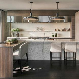 Zweizeilige, Mittelgroße Moderne Wohnküche mit Unterbauwaschbecken, Marmor-Arbeitsplatte, Küchenrückwand in Weiß, Rückwand aus Stein, Küchengeräten aus Edelstahl, dunklem Holzboden, Kücheninsel, braunem Boden, flächenbündigen Schrankfronten und braunen Schränken