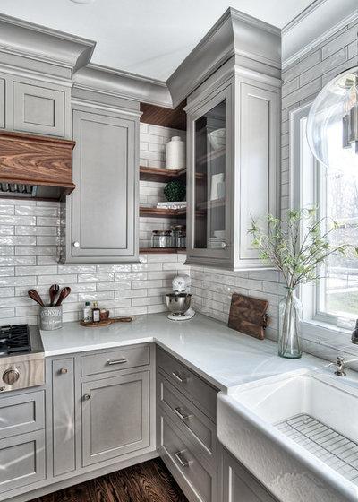 Классический Кухня by Stonington Cabinetry & Designs