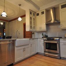 Traditional Kitchen by Habitar Design