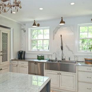 Klassische Küche mit Edelstahl-Arbeitsplatte, integriertem Waschbecken, weißen Schränken, Küchenrückwand in Weiß, Schrankfronten im Shaker-Stil, Küchengeräten aus Edelstahl und Rückwand aus Marmor in Chicago