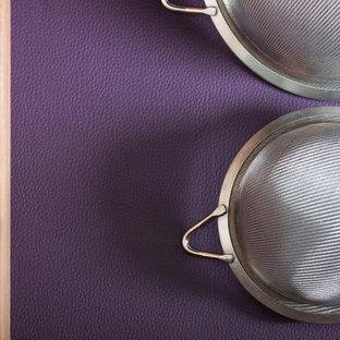 Mittelgroße Moderne Wohnküche in L-Form mit integriertem Waschbecken, flächenbündigen Schrankfronten, blauen Schränken, Quarzit-Arbeitsplatte, Küchenrückwand in Weiß, Glasrückwand, Elektrogeräten mit Frontblende, Porzellan-Bodenfliesen und Kücheninsel in London
