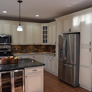 ワシントンD.C.の中サイズのトラディショナルスタイルのおしゃれなキッチン (アンダーカウンターシンク、レイズドパネル扉のキャビネット、白いキャビネット、御影石カウンター、マルチカラーのキッチンパネル、石タイルのキッチンパネル、シルバーの調理設備の、テラコッタタイルの床、赤い床) の写真