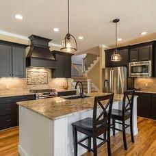 Modern Kitchen by Distinctive Designs Inc. Kitchen & Baths