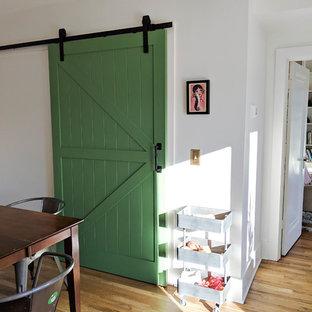 ナッシュビルの小さいサンタフェスタイルのおしゃれなキッチン (シェーカースタイル扉のキャビネット、白いキャビネット、ソープストーンカウンター、白いキッチンパネル、セラミックタイルのキッチンパネル、淡色無垢フローリング、アイランドなし、黒いキッチンカウンター) の写真
