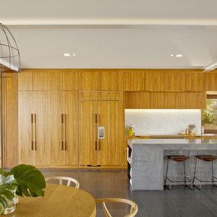 シドニーの大きいコンテンポラリースタイルのおしゃれなキッチン (アンダーカウンターシンク、中間色木目調キャビネット、コンクリートカウンター、グレーのキッチンパネル、石スラブのキッチンパネル、シルバーの調理設備の、スレートの床) の写真