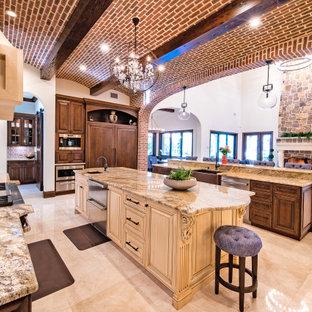 Exempel på ett medelhavsstil beige beige kök, med en undermonterad diskho, luckor med profilerade fronter, skåp i mörkt trä, granitbänkskiva, flerfärgad stänkskydd, stänkskydd i mosaik, rostfria vitvaror, marmorgolv, flera köksöar och beiget golv