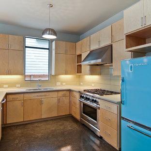 Idéer för ett 50 tals u-kök, med färgglada vitvaror, släta luckor, skåp i ljust trä och gult stänkskydd