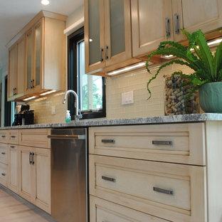 クリーブランドの中サイズのアジアンスタイルのおしゃれなキッチン (シングルシンク、シェーカースタイル扉のキャビネット、淡色木目調キャビネット、御影石カウンター、白いキッチンパネル、サブウェイタイルのキッチンパネル、シルバーの調理設備の、淡色無垢フローリング) の写真
