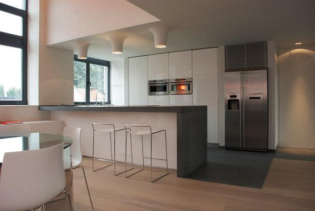 Modern Kitchen by Intercub Interiors