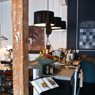 ヒューストンの広いコンテンポラリースタイルのおしゃれなキッチン (タイルカウンター、グレーのキッチンパネル、磁器タイルのキッチンパネル、白い調理設備、濃色無垢フローリング、アイランドなし) の写真