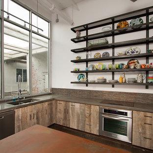 アトランタの大きいエクレクティックスタイルのおしゃれなキッチン (ダブルシンク、フラットパネル扉のキャビネット、ヴィンテージ仕上げキャビネット、コンクリートカウンター、マルチカラーのキッチンパネル、シルバーの調理設備の) の写真