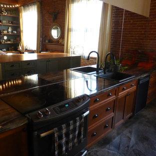 モントリオールの中サイズのインダストリアルスタイルのおしゃれなキッチン (シェーカースタイル扉のキャビネット、ラミネートカウンター) の写真
