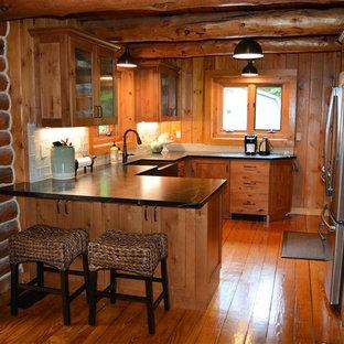 ニューヨークのラスティックスタイルのおしゃれなダイニングキッチン (エプロンフロントシンク、シェーカースタイル扉のキャビネット、中間色木目調キャビネット、ソープストーンカウンター、青いキッチンパネル、磁器タイルのキッチンパネル、シルバーの調理設備の、アイランドなし) の写真