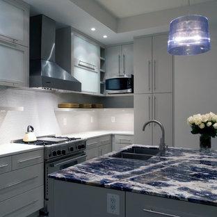 Inspiration pour une cuisine design avec un électroménager en acier inoxydable et un plan de travail bleu.