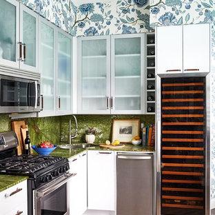 Mittelgroße, Offene Eklektische Küche ohne Insel in L-Form mit Unterbauwaschbecken, flächenbündigen Schrankfronten, weißen Schränken, Küchengeräten aus Edelstahl, dunklem Holzboden, braunem Boden, grüner Arbeitsplatte und Granit-Arbeitsplatte in Boston