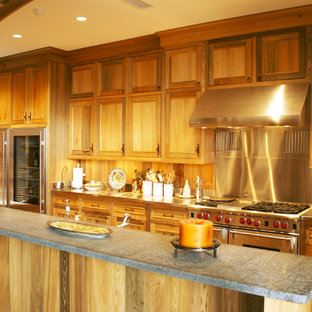Zweizeilige, Große Urige Wohnküche mit Schrankfronten im Shaker-Stil, hellen Holzschränken, Zink-Arbeitsplatte, Küchenrückwand in Braun, Rückwand aus Holz, Küchengeräten aus Edelstahl, Terrakottaboden, Kücheninsel und rotem Boden in Miami