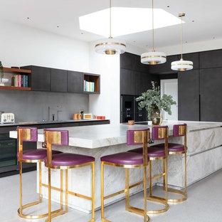 Moderne Küche in L-Form mit Marmor-Arbeitsplatte, Terrazzo-Boden, beiger Arbeitsplatte, flächenbündigen Schrankfronten, grauen Schränken, Kücheninsel und grauem Boden in London