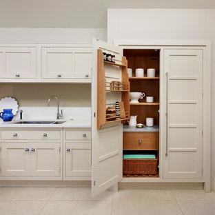 ロンドンの巨大なコンテンポラリースタイルのおしゃれなキッチン (シェーカースタイル扉のキャビネット) の写真