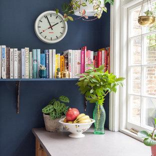ロンドンのエクレクティックスタイルのおしゃれなキッチン (フラットパネル扉のキャビネット、中間色木目調キャビネット、マルチカラーのキッチンパネル、塗装フローリング、白い床、グレーのキッチンカウンター) の写真