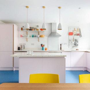 Ejemplo de cocina comedor en L, contemporánea, pequeña, con fregadero de un seno, armarios con paneles lisos, encimera de terrazo, salpicadero multicolor, electrodomésticos con paneles, suelo laminado, una isla, suelo azul y encimeras multicolor