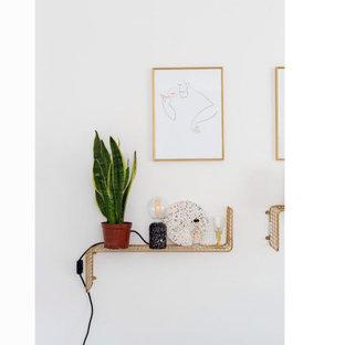 Foto di una piccola cucina contemporanea con lavello a vasca singola, ante lisce, top alla veneziana, paraspruzzi multicolore, elettrodomestici da incasso, pavimento in laminato, isola, pavimento blu e top multicolore