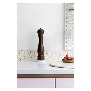 Esempio di una piccola cucina minimal con lavello a vasca singola, ante lisce, top alla veneziana, paraspruzzi multicolore, elettrodomestici da incasso, pavimento in laminato, isola, pavimento blu e top multicolore