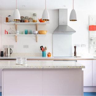 Ispirazione per una piccola cucina design con lavello a vasca singola, ante lisce, top alla veneziana, paraspruzzi multicolore, elettrodomestici da incasso, pavimento in laminato, isola, pavimento blu e top multicolore
