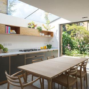 Ejemplo de cocina minimalista, sin isla, con fregadero bajoencimera, armarios con paneles lisos, encimera de mármol, electrodomésticos con paneles, suelo de cemento y suelo gris