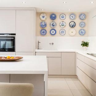 ロンドンの広いコンテンポラリースタイルのおしゃれなキッチン (セラミックタイルの床、フラットパネル扉のキャビネット、白いキャビネット) の写真
