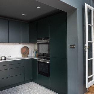 ロンドンの小さいコンテンポラリースタイルのおしゃれなキッチン (一体型シンク、フラットパネル扉のキャビネット、緑のキャビネット、白いキッチンパネル、磁器タイルのキッチンパネル、パネルと同色の調理設備、セラミックタイルの床、アイランドなし、グレーの床) の写真