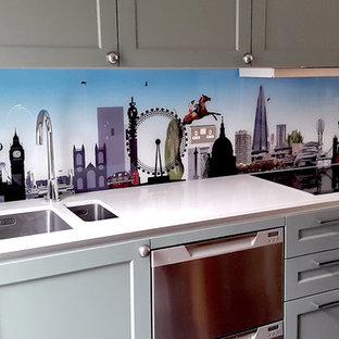 ロンドンの大きいエクレクティックスタイルのおしゃれなキッチン (ダブルシンク、落し込みパネル扉のキャビネット、グレーのキャビネット、亜鉛製カウンター、マルチカラーのキッチンパネル、ガラス板のキッチンパネル、シルバーの調理設備の、淡色無垢フローリング) の写真
