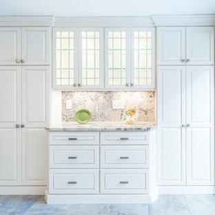 Offene, Mittelgroße Klassische Küche in U-Form mit Unterbauwaschbecken, profilierten Schrankfronten, weißen Schränken, Granit-Arbeitsplatte, Küchenrückwand in Beige, Rückwand aus Stein, Küchengeräten aus Edelstahl, Kalkstein und Kücheninsel in Boston