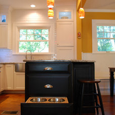 Traditional Kitchen by McCabinet