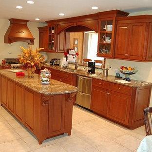 Exempel på ett litet klassiskt kök, med en undermonterad diskho, luckor med upphöjd panel, skåp i mellenmörkt trä, granitbänkskiva, beige stänkskydd, rostfria vitvaror, klinkergolv i keramik och en köksö