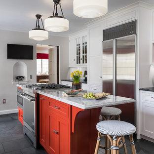 Пример оригинального дизайна: отдельная кухня среднего размера в классическом стиле с раковиной в стиле кантри, плоскими фасадами, белыми фасадами, столешницей из гранита, белым фартуком, фартуком из мрамора, техникой из нержавеющей стали, полом из сланца и островом