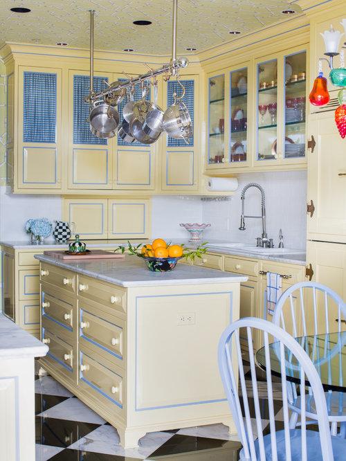 cuisine victorienne avec des portes de placard jaunes photos et id es d co de cuisines. Black Bedroom Furniture Sets. Home Design Ideas