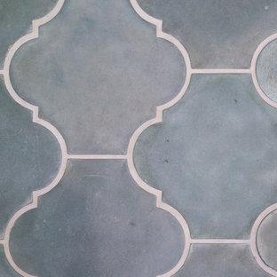 Idée de décoration pour une cuisine américaine parallèle méditerranéenne de taille moyenne avec un évier de ferme, un placard à porte shaker, un plan de travail en quartz modifié, une crédence multicolore, une crédence en carreau de céramique, un électroménager en acier inoxydable, un sol en carreaux de ciment et un sol vert.