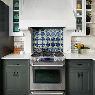 ミネアポリスの中サイズの地中海スタイルのおしゃれなキッチン (シェーカースタイル扉のキャビネット、クオーツストーンカウンター、マルチカラーのキッチンパネル、シルバーの調理設備の、グレーのキャビネット、グレーの床) の写真