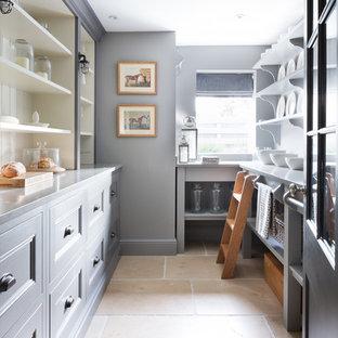 Zweizeilige, Mittelgroße Klassische Küche mit Vorratsschrank, Schrankfronten im Shaker-Stil, grauen Schränken, Edelstahl-Arbeitsplatte, Travertin und beigem Boden in Essex