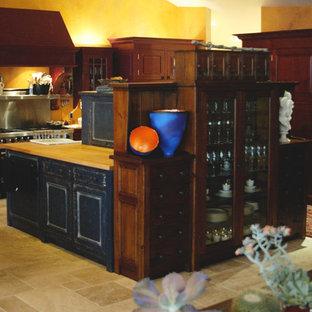 Offene, Geräumige Asiatische Küche in U-Form mit Landhausspüle, profilierten Schrankfronten, Schränken im Used-Look, Granit-Arbeitsplatte, bunter Rückwand, Rückwand aus Stein, bunten Elektrogeräten, Kalkstein und zwei Kücheninseln in Seattle