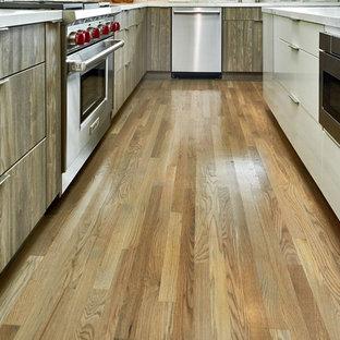 Offene, Große Moderne Küche in L-Form mit Unterbauwaschbecken, flächenbündigen Schrankfronten, hellbraunen Holzschränken, Quarzit-Arbeitsplatte, Küchenrückwand in Grau, Rückwand aus Travertin, Küchengeräten aus Edelstahl, braunem Holzboden, Kücheninsel, braunem Boden und weißer Arbeitsplatte in San Francisco