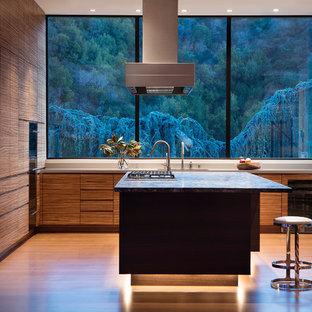 Inspiration för mellanstora moderna grått kök, med en enkel diskho, släta luckor, skåp i mellenmörkt trä, bänkskiva i kvarts, grått stänkskydd, stänkskydd i sten, integrerade vitvaror, mellanmörkt trägolv, en köksö och brunt golv