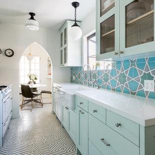 ロサンゼルスの小さいエクレクティックスタイルのおしゃれなキッチン (シェーカースタイル扉のキャビネット、アイランドなし) の写真
