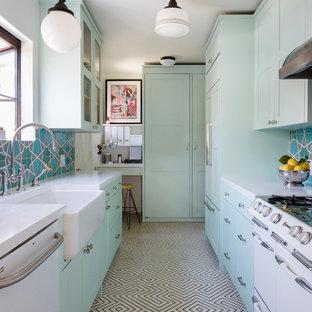 ロサンゼルスの小さいエクレクティックスタイルのおしゃれなII型キッチン (シェーカースタイル扉のキャビネット、アイランドなし、エプロンフロントシンク、緑のキャビネット、マルチカラーのキッチンパネル、白い調理設備、マルチカラーの床、白いキッチンカウンター、セメントタイルの床) の写真