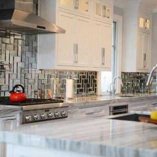 Esempio di un'ampia cucina stile americano con lavello sottopiano, ante in stile shaker, ante bianche, top in superficie solida, paraspruzzi a effetto metallico, paraspruzzi con piastrelle di metallo, elettrodomestici in acciaio inossidabile, pavimento in vinile e isola