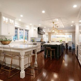На фото: класса люкс большие угловые кухни в стиле современная классика с обеденным столом, раковиной в стиле кантри, фасадами в стиле шейкер, серыми фасадами, мраморной столешницей, белым фартуком, фартуком из мрамора, техникой из нержавеющей стали, полом из бамбука, двумя и более островами и коричневым полом