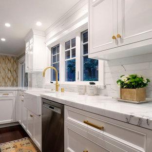 Große Klassische Wohnküche in L-Form mit Landhausspüle, Schrankfronten im Shaker-Stil, grauen Schränken, Marmor-Arbeitsplatte, Küchenrückwand in Weiß, Rückwand aus Marmor, Küchengeräten aus Edelstahl, Bambusparkett, zwei Kücheninseln und braunem Boden in San Francisco