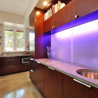 Zweizeilige, Geräumige Moderne Wohnküche mit Doppelwaschbecken, flächenbündigen Schrankfronten, dunklen Holzschränken, Granit-Arbeitsplatte, Küchengeräten aus Edelstahl, Betonboden und Kücheninsel in Austin